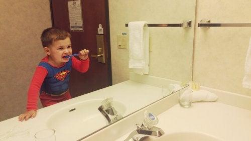 Diş fırçalayan çocuk