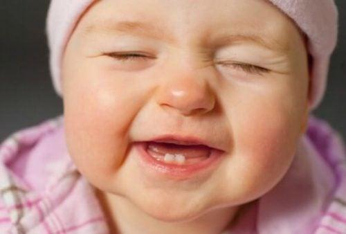 gülümseyen bebek