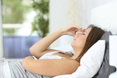 uyumaya çalışan hamile kadın