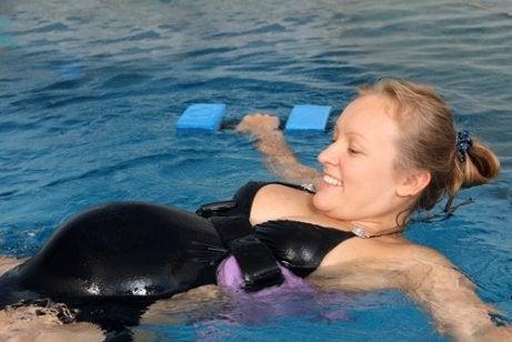 Hamilelikte Yüzme Ve Faydaları