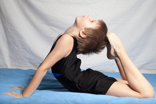 jimnastik yapan çocuk