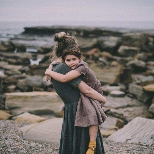 kız çocuğu ve annesi