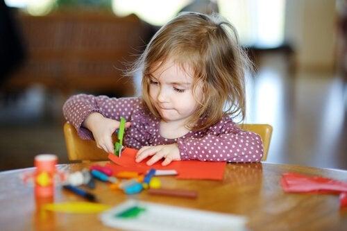 Çocuklara Makas Kullanmayı Öğretmek