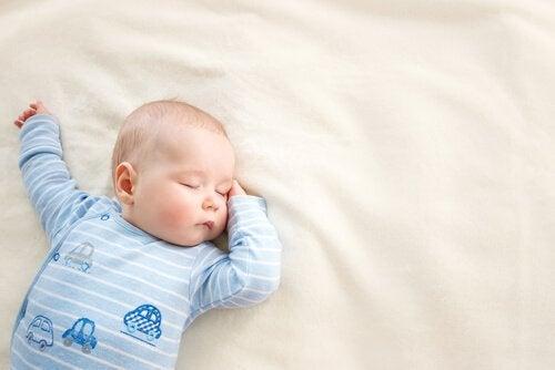 mavili uyuyan bebek