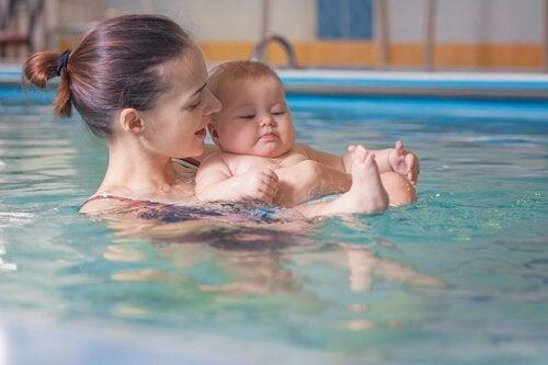 anne bebek yüzerken
