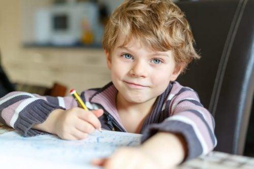 ödevini yapan çocuk