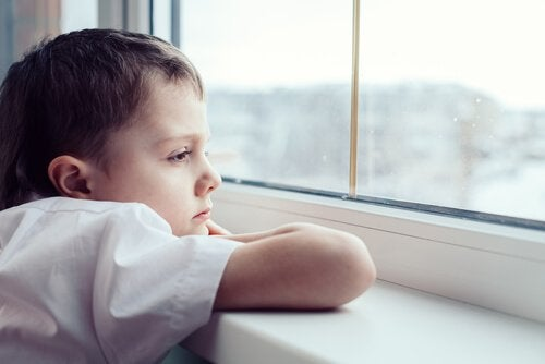 oyun oynamayan mutsuz çocuk