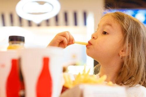 patates kızartması kız