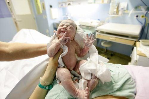 Bebeğin boynuna dolanan göbek bağı