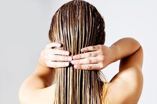 saçını boyayan kadın