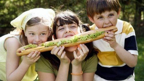 sandviç yiyen çocuklar