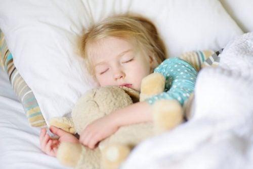 uyuyan sarışın kız