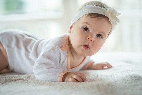 yüzüstü yatan bebek