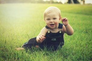 Çimlerde oturan bebek