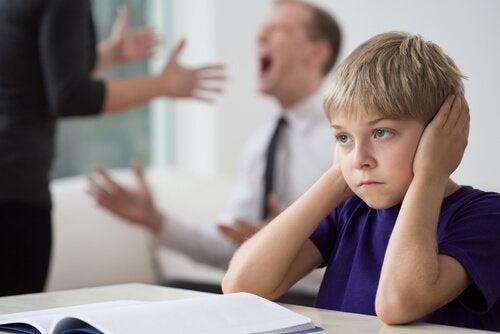 Anne ve babası tartışan çocuk