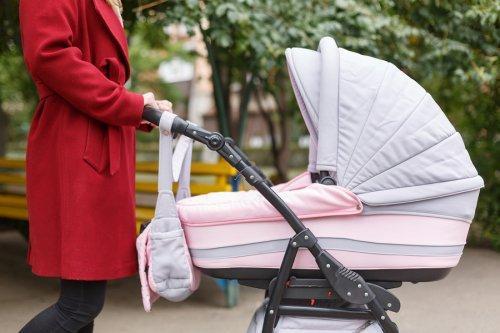Anne bebeğini arabada taşıyor