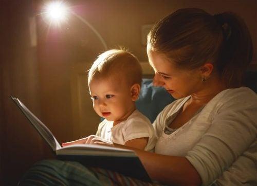 anne bebeğine okurken