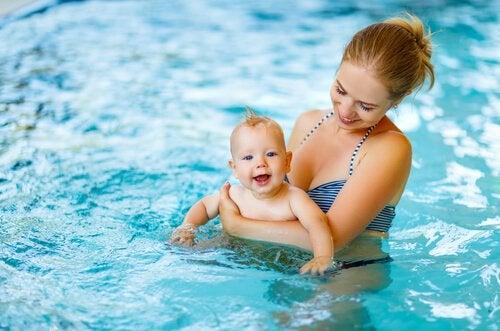 Anne ve bebek havuzda