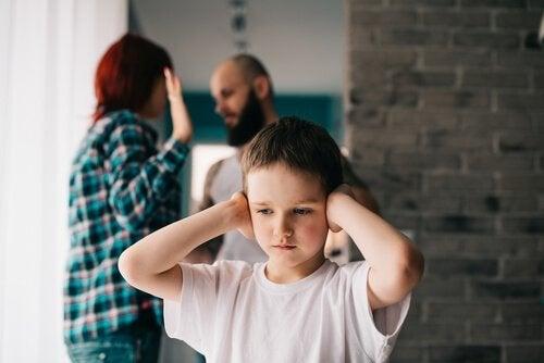 çocuk ve tartışan ebeveynler