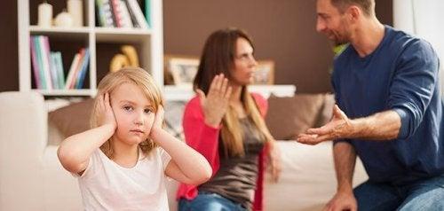 çocukların önünde tartışmak