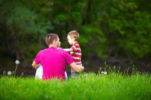 babası çocukla konuşurken