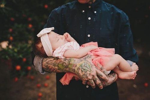 babasının kucağında uyuyan kız