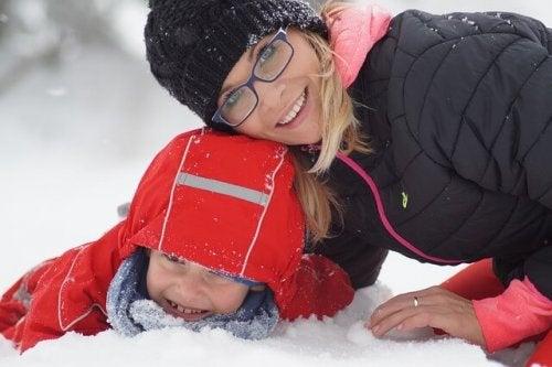 karda anne ve çocuk