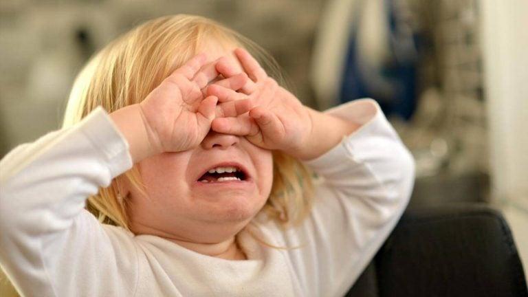 öfkeli küçük kız
