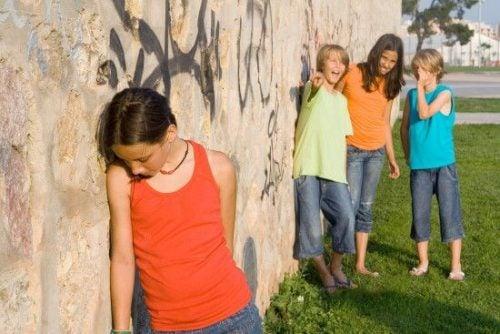 Çocuğunuza alay edilmeyle başa çıkmayı nasıl öğretirsiniz?
