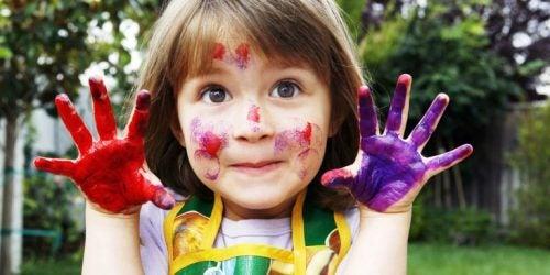 elleri boyalı kız