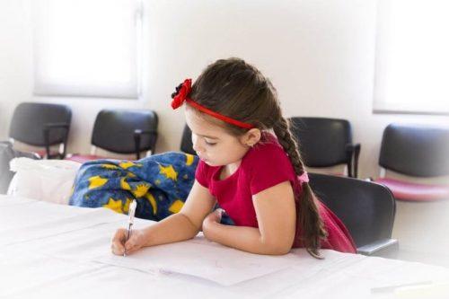 ev ödevi yapan çocuk
