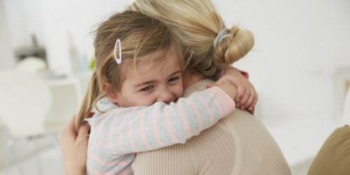 kız annesine sarılırken