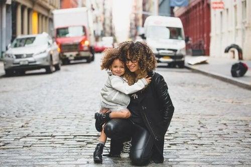 sokakta annesine sarılan çocuk