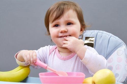 Çocuklara yalnız yemek yemeyi öğretmek için 5 ipucu