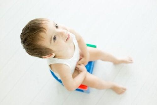 Lazımlıkta oturan çocuk