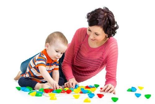 oyuncaklarıyla oynayan çocuk ve anne