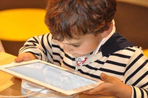 tabletle oynayan çocuk