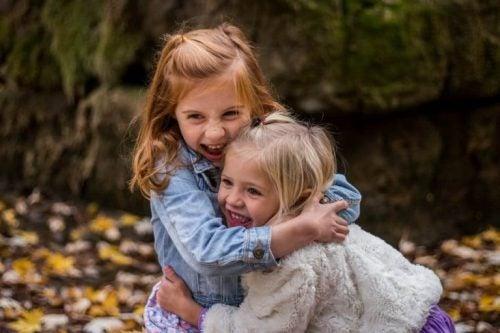 çocuklar sarılıyor