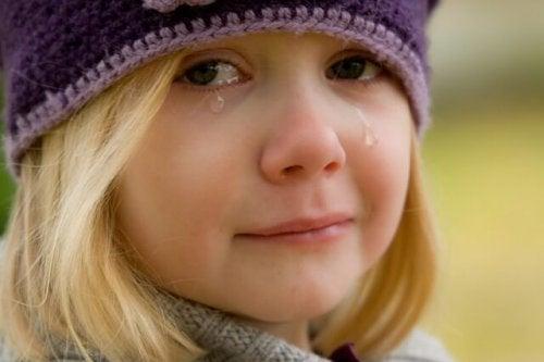 Ağlayan bir kız çocuğu