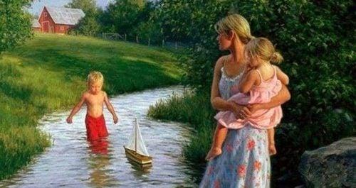 Anne çocukları ile nehirde