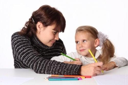 Anne ve kızı yazı yazıyor