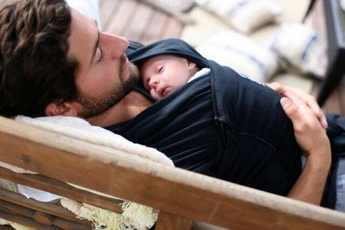 Bebeğine sarılan bir baba