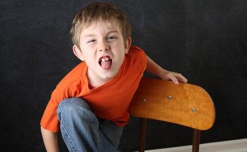 Dil çıkaran yaramaz çocuk