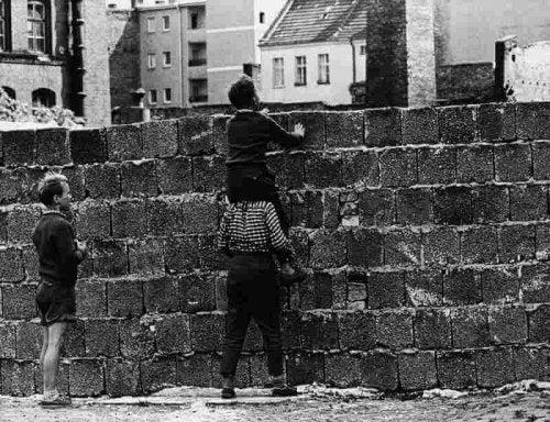 Duvarın üstünden bakan çocuk