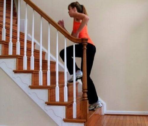 Merdiven çıkan kadın