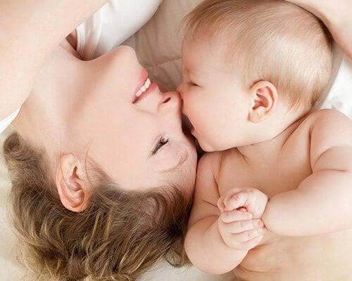 anne ve çocuk gülüşüyor