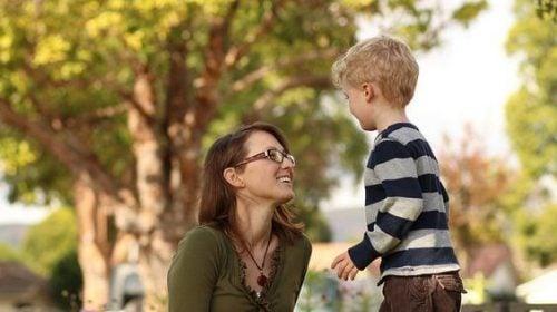 anne ve çocuk parkta