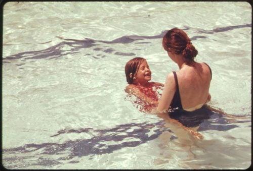 anne kızıyla yüzüyor