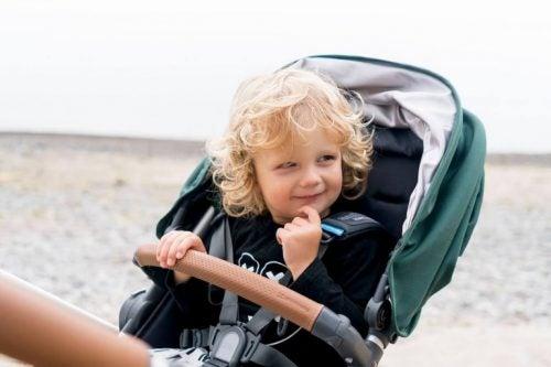 bebek arabasında çocuk