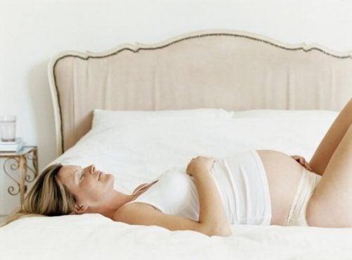 uyuyan hamile kadın